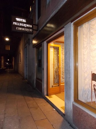Hotel Commercio & Pellegrino: Frente hotel