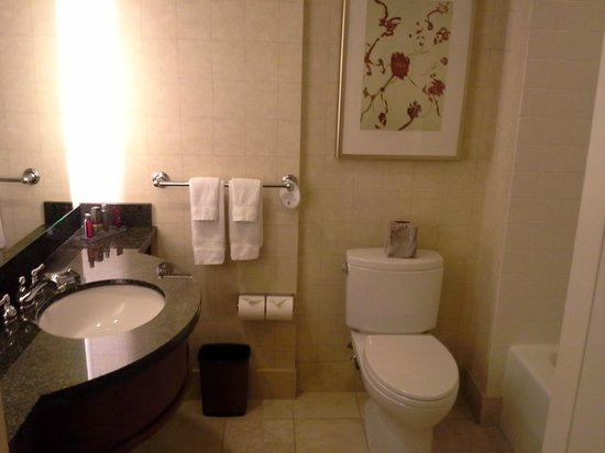 San Francisco Marriott Marquis: Bathroom was clean and had all the needed amenities.