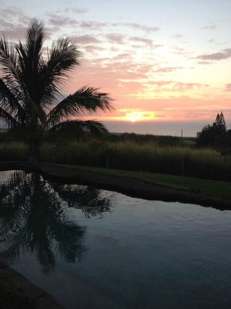 Puakea Ranch: Sunset from the pool