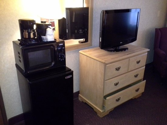 Baymont Inn & Suites Madison West/Middleton WI West: tv, fridge and microwave