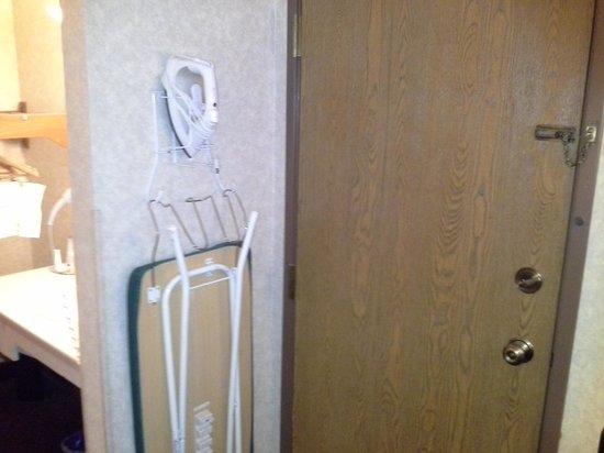 Baymont Inn & Suites Madison West/Middleton WI West: ironing board
