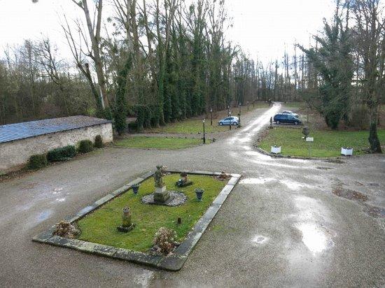 Hotel Chateau de Pourtales: Sicht aus Zimmer 15 auf den Hotelparkplatz