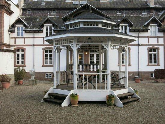 Hotel Chateau de Pourtales: Gloriette/Pavillon im Hof des Nebengebäudes