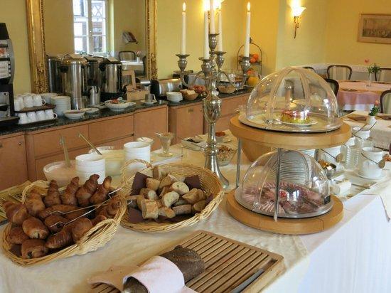 Hotel Chateau de Pourtales: Frühstücksbuffet