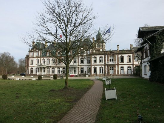 Hotel Chateau de Pourtales: Schlossansicht, rechts aussen der Hotelteil