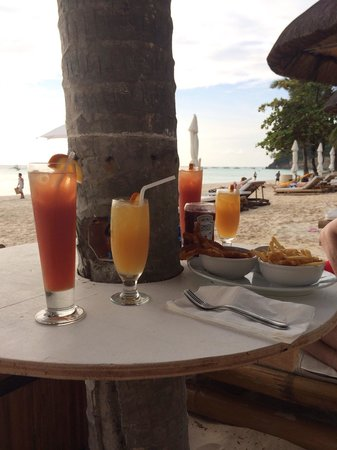 Friday's Boracay: Happy hour drinks and calamari