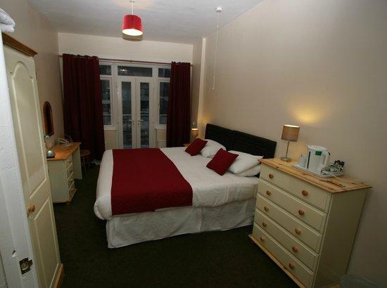 Portbyhan Hotel: Huge double bed