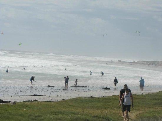 Bloubergstrand Beach: Brave surfers