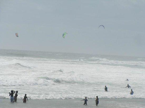 Bloubergstrand Beach: Kite gliders having fun