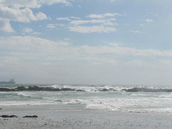 Bloubergstrand Beach: Powerful waves