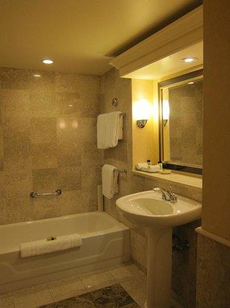 InterContinental Toronto Yorkville: Bathroom