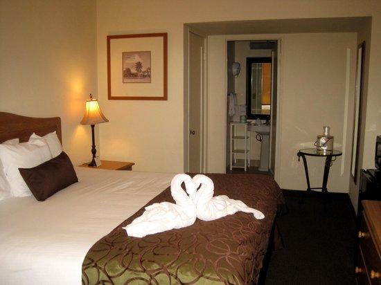 Coronado Motor Hotel-Yuma: King Bed Room ... love the swan towels!