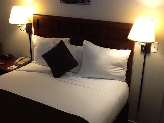 Lions Gate Hotel - A Lexington Legacy Hotel: Crisp linnens ready for a military inspection..