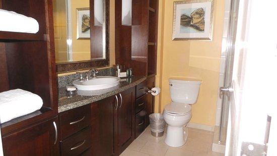Grand Waikikian by Hilton Grand Vacations: second bathroom