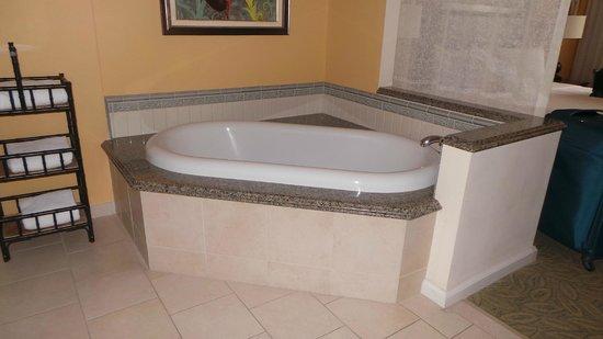 Grand Waikikian by Hilton Grand Vacations: Bath in main bedroom