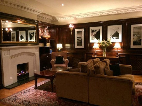 Ballygarry House Hotel & Spa : the library