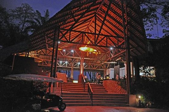 Arenas del Mar Beachfront & Rainforest Resort : Main building - reception and bar