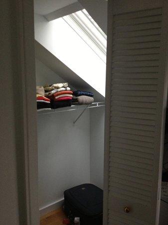 Baldwin Village Inn: my bedroom's wardrobe