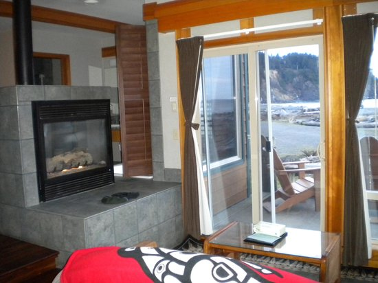 Quileute Oceanside Resort: Fireplace