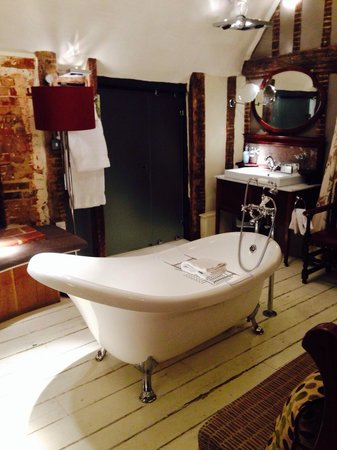 Wellington at Welwyn: Bath in middle of room