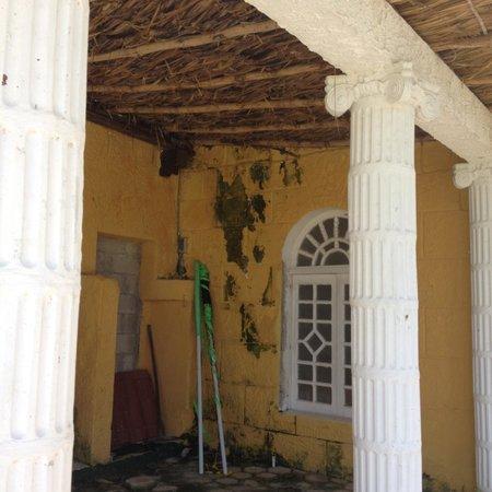 Hotel Quinta Progreso: The former hammock area is decaying.