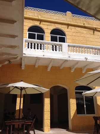 Hotel Quinta Progreso: An example of some of the cracks in the balconies.