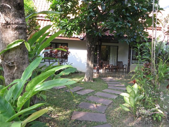 Baan Orapin Bed and Breakfast: Walking toward the room