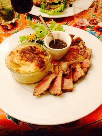 L'arrOsoir : Magret de canard, gratin de pommes de terre, sauce échalote..