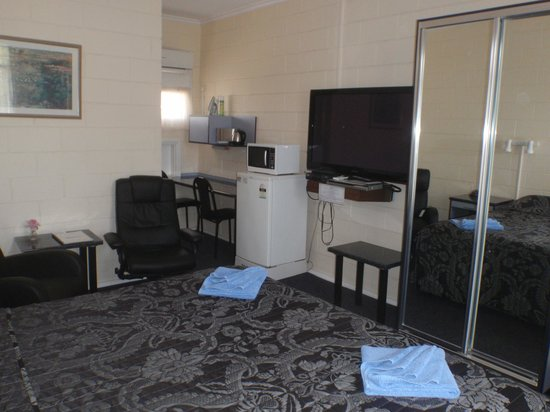 Central Olympic Motel and Cottages: King room with electric massage chair