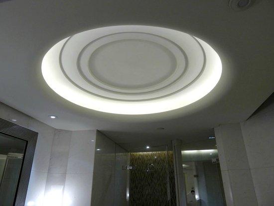 Fairmont Peace Hotel: bathroom ligthing
