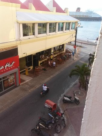 Suites Bahia : View from the balcony on to the side street
