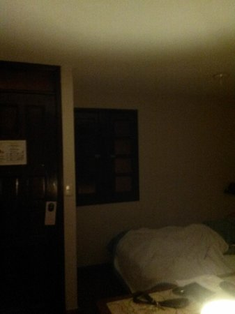 Suites Bahia : There's a window in the room that faces the hotel hall. WAY too much light gets in to the room