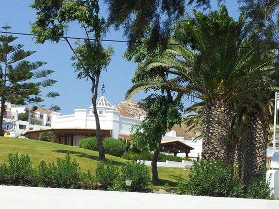 Lagas Aegean Village: Ingresso hotel vista dalla strada