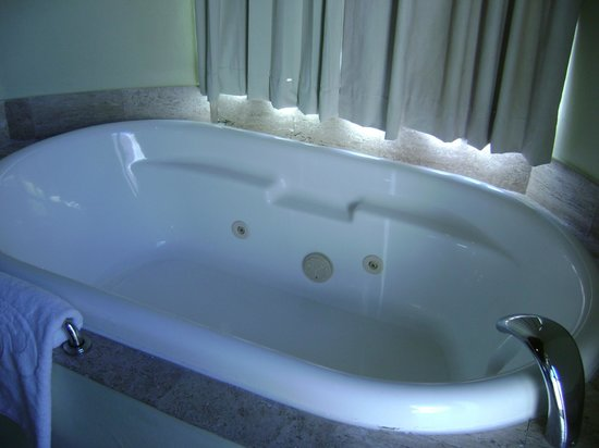 Grand Palladium White Sand Resort & Spa: Jacuzzi Tub -Mayan Suite White Sands