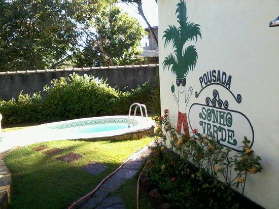 Pousada Sonho Verde: Frente da piscina e parede do quarto 12