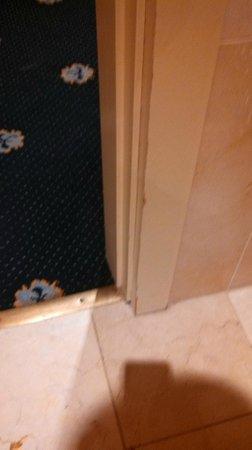Hotel Roger De Lluria Barcelona: baseboard missing wood
