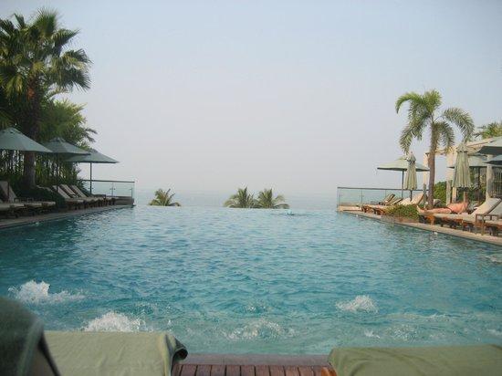 Holiday Inn Pattaya : プールの景色