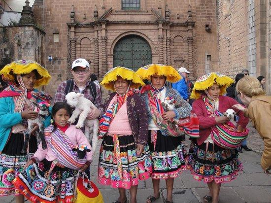 Plaza de Armas (Huacaypata): Mulheres em roupas típicas