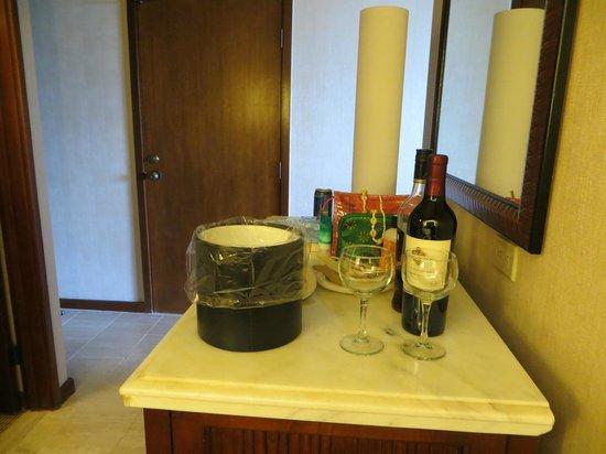 Hyatt Regency Maui Resort and Spa: cabinet with old bar fridge and small fridge