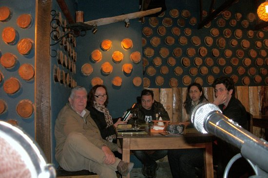 Rustika Restaurant: Rustica Restaurant, Puerto Natales, Chile - A família degustando