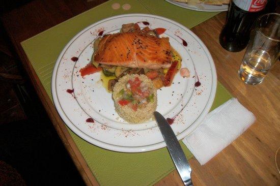 Rustika Restaurant: Rustica Restaurant, Puerto Natales, Chile - Salmon com ratatouille y quinua