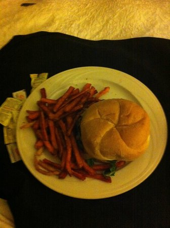 Hampton Inn & Suites Birmingham Downtown - The Tutwiler : Century Burger (room service)