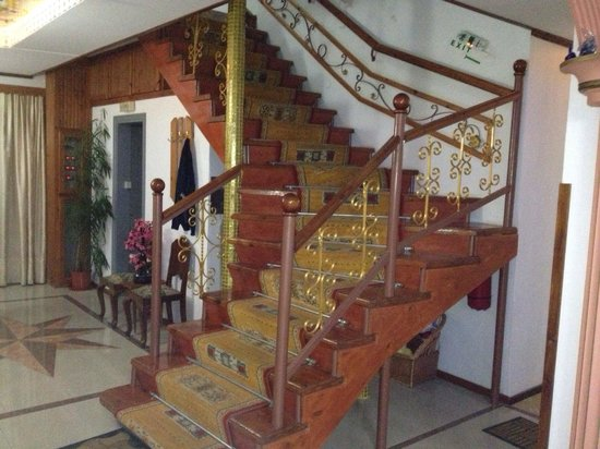 SunCity Hotel Studios: The gorgeous staircase