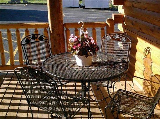 Mount Aire Motel: Outdoor breakfast area