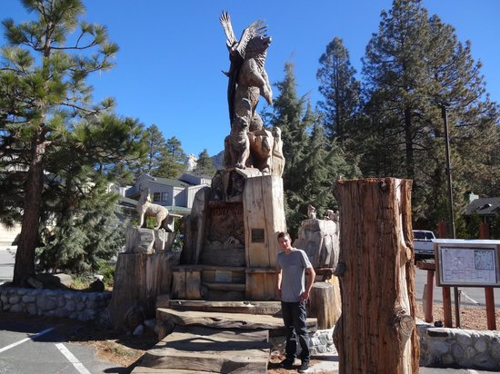 Idyllwild Inn: Sculpture in front of hotel in town center.