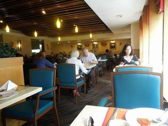 Metropark Hotel Kowloon : dining area on first floor at buffet breakfast