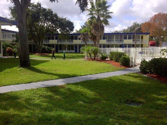 Days Inn Kissimmee FL : el entorno que bordea a la pileta