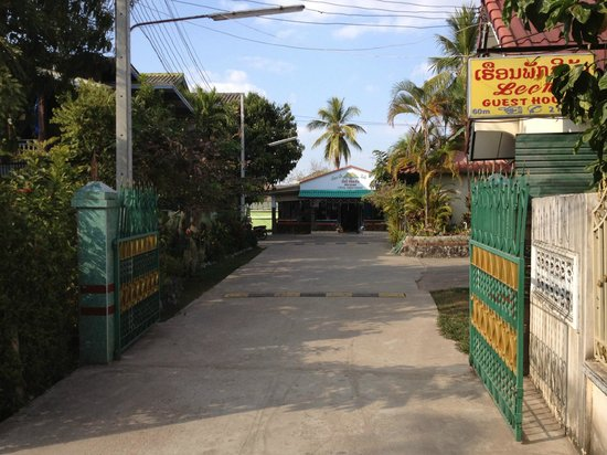 Leena Guesthouse: path to the guest house