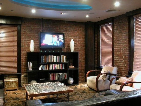 Broadway Hotel and Hostel: This is the front common area, with book exchange & NYC's best coffee