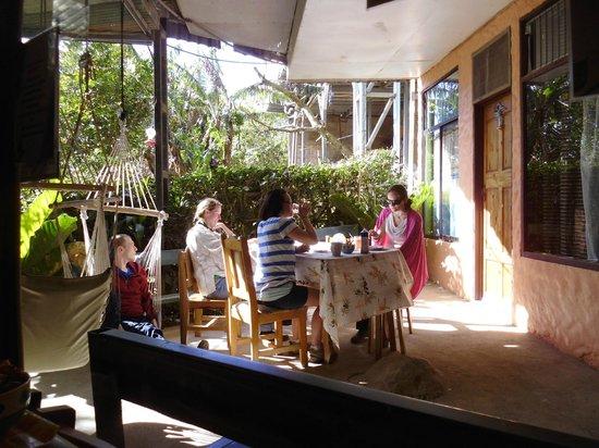 Cabinas El Pueblo Bed & Breakfast: endroit pour manger dehors